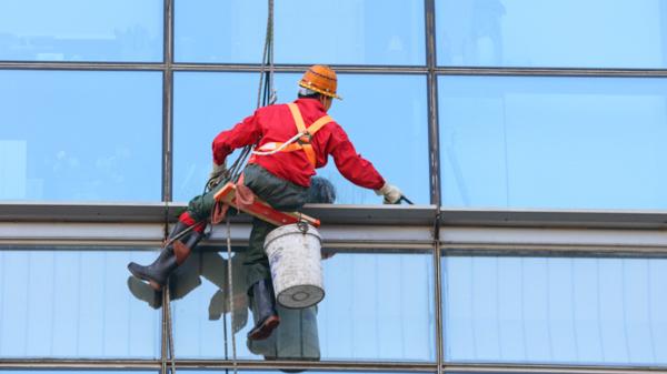 商务楼高空外墙清洗的相关规范和要求有哪些?美汐清洁告诉您